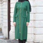 Tesettür Kombin Şık ve Uyumlu En Güzel Kombinler Siyah Pantolon Yeşil Uzun Kollu Fermuarlı Ceket