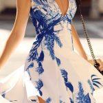 2020 Yazlık Kısa Elbise Modelleri Beyaz Kısa Derin V Yakalı Kısa Kollu Mavi Çiçek Desenli