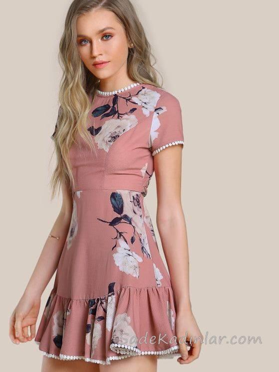2018 Yazlık Elbise Modelleri Pudra Kısa Etek Kısmı Fırfır Detaylı Kısa Kollu Desenli