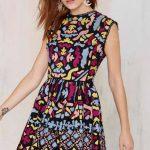 2020 Yazlık Kısa Elbise Modelleri Siyah Kısa Kolsuz Renkli Desenli Pileli Etek