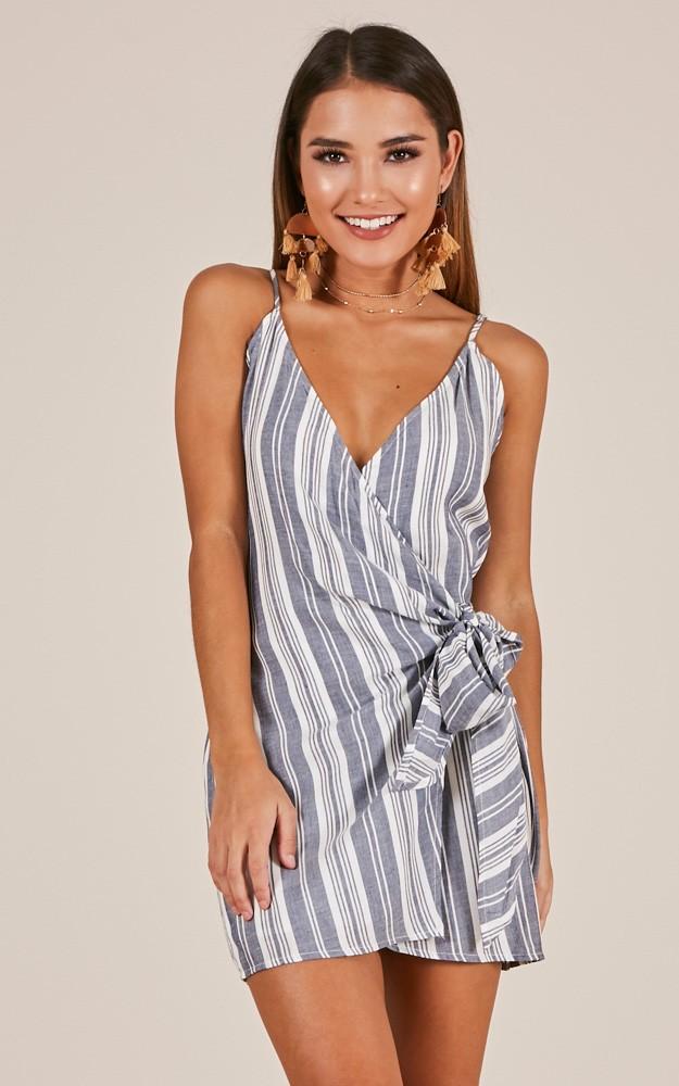 Kruvaze Elbise Modelleri Gri Askılı V Yakalı Çizgili