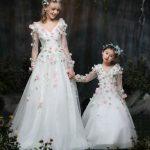 Anne Kız Kıyafetleri Beyaz Uzun V Yakalı Uzun Kollu Çiçek Aksesuarlı