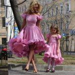 Anne Kız Kıyafetleri Pembe Kısa Omzu Açık Düşük Kol Fırfırlı Kloş Etek