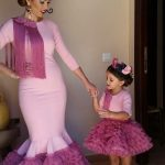 Anne Kız Kıyafetleri Pembe Uzun Balık Yakası Püsküllü Etekleri Fırfırlı