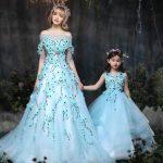 Anne Kız Kıyafetleri Turkuaz Mavi Uzun Omzu Açık Çiçek İşlemeli