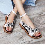 Sandalet Modelleri Beyaz Gri Çiçek Figürlü Bilekten Tokalı