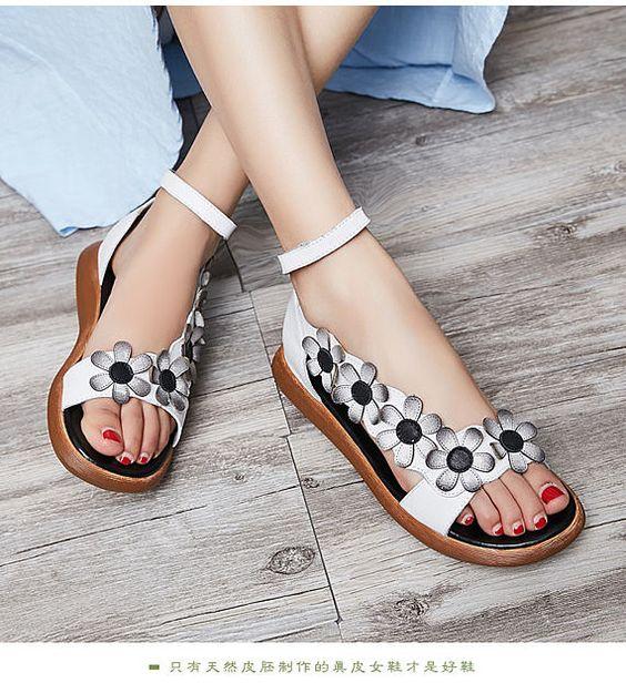 2020 Sandalet Modelleri Beyaz Gri Çiçek Figürlü Bilekten Tokalı