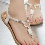 Sandalet Modelleri Krem Parmak Arası Halka Süslü Tokalı