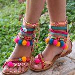 Sandalet Modelleri Taba Renkli Pon Ponlu Bilekten Tokalı