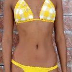 Örgü Bikini Modelleri Sarı Üçgen Üst Kısmı Ekose Desenli