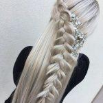 Örgü Saç Modelleri Yandan Tekli Taş Aksesuarlı