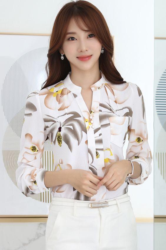 Bayanlar İçin Yazlık Şifon Gömlek Modelleri Beyaz Uzun Kollu V Yakalı Cepli Çiçek Desenli