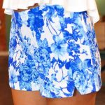 Şort Modelleri Beyaz Kısa Yandan Yırtmaçlı Mavi Çiçek Desenli