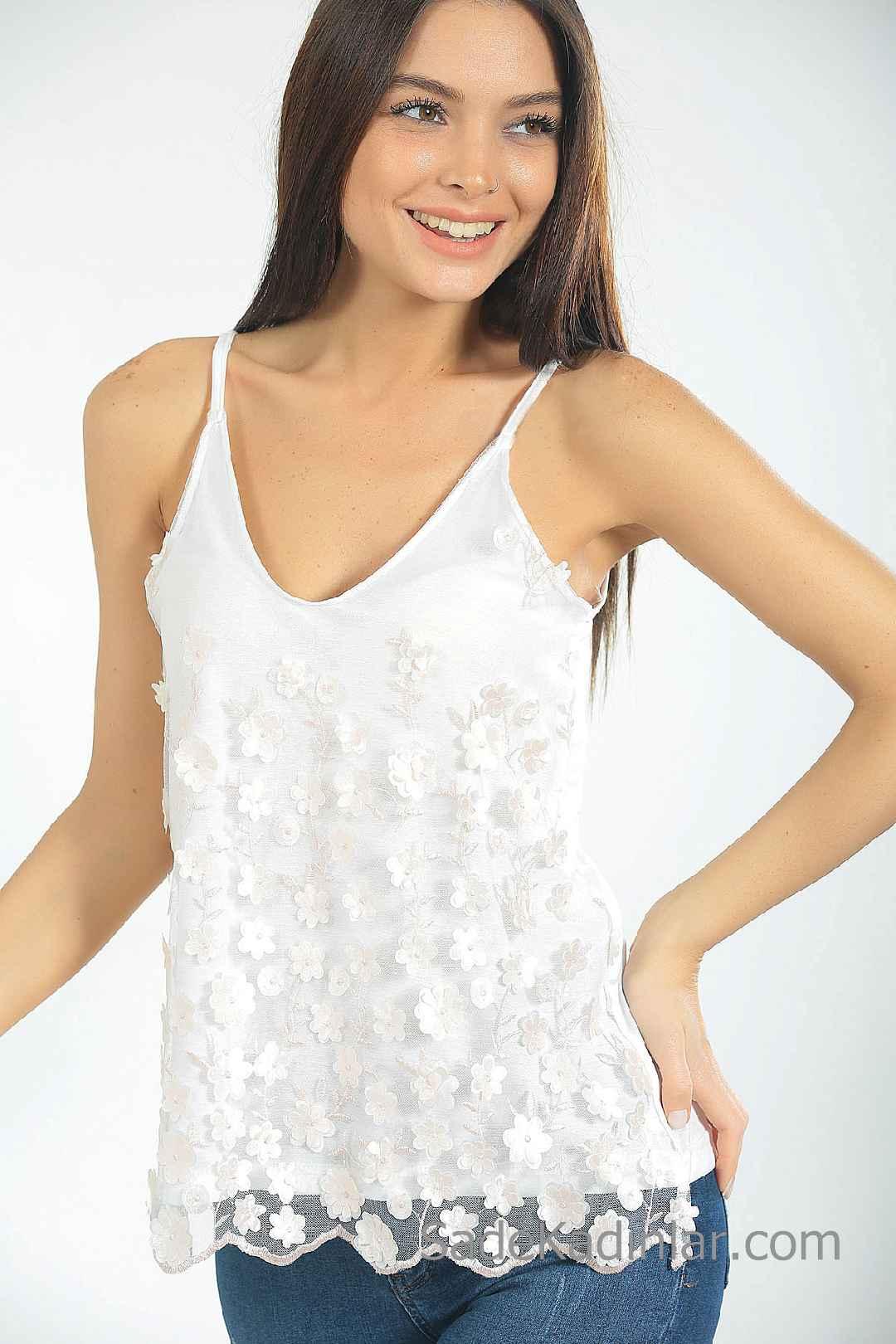 Yazlık Askılı Bluz Modelleri Beyaz İp Askılı V Yakalı Çiçek İşlemeli