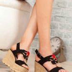 Dolgu Topuk Ayakkabı Modelleri Siyah Geometrik Şekil Aksesuarlı Tokalı