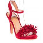 Kırmızı Topuklu Ayakkabı Modelleri Kalın Bantlı Püsküllü Yandan Tokalı