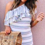 2019 Bayan Yazlık Kıyafetler ve Günlük Kombinler Beyaz Kısa Tek Omzu Açık Çizgili Desenli Yakası Çift Fırfır Detaylı
