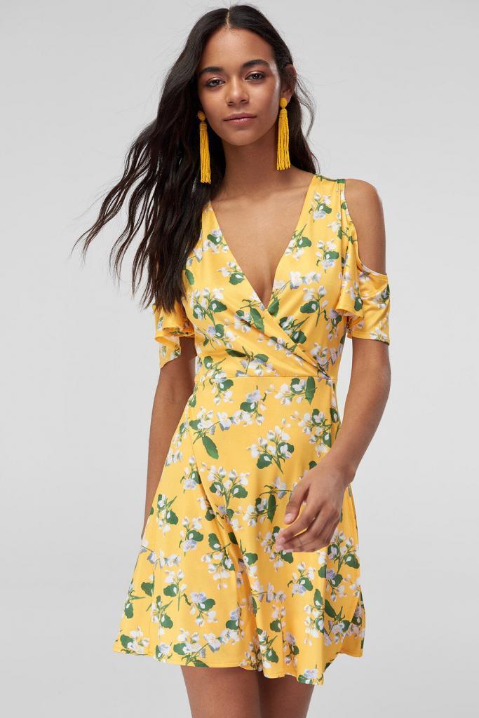 Sarı Elbise Modelleri Kısa Kruvaze V Yakalı Omzu Açık Desenli