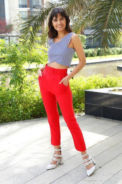 2019 Şık Kombinler Kırmızı Cepli Pantolon Gri Kolsuz Çizgi Desenli Bluz