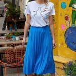 2019 Şık Kombinler Mavi Midi Pliseli Etek Beyaz Kısa Kol Önü Figürlü Tişört