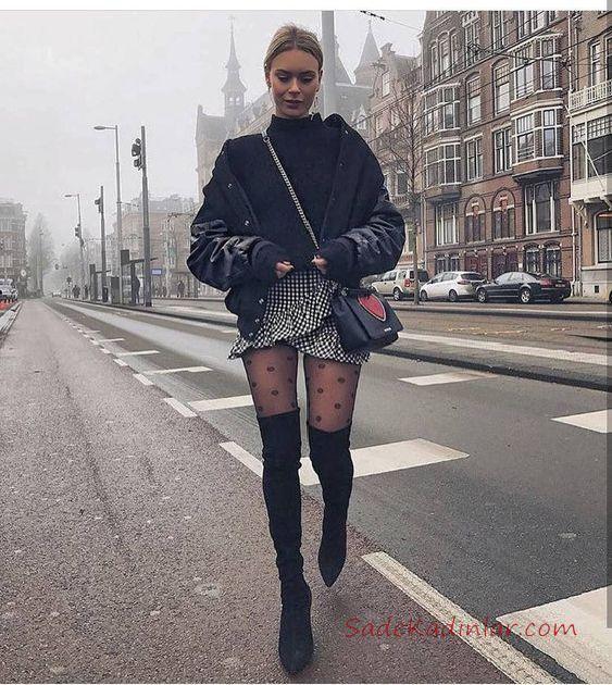 Bayan Balıkçı Yaka Kazak Kombinleri Siyah Mini Kruvaze Fırfırlı Desenli Etek Siyah Boğazlı Kazak Siyah Deri Ceket