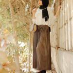 2020 En Şık Tesettür Kombin Kahverengi uzun pileli Etek Beyaz Sade Şifon Gömlek