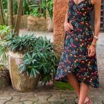 2019 Çiçek Desenli Elbise Modelleri Lacivert Midi Askılı V Yaka Katlamalı Etek