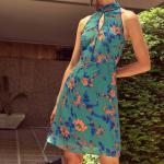 2019 Çiçek Desenli Elbise Modelleri Yeşil Kısa Halter Yaka Göğüs Kısmında Dekolte Detay