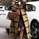 2019 Bayan Kaşe Kaban Modelleri Kahverengi Uzun Önden Düğmeli Püskül Detaylı Ekose Desenli