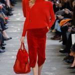 2021 Sonbahar Kış Moda Trendleri ve Moda Renkleri - Kırmızı Kadife Midi Yırtmaçlı Etek Kırmızı Boğazlı Kazak