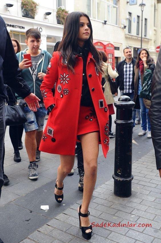 2019 Sonbahar Kış Moda Trendleri ve Moda Renkleri - Kırmızı Kısa İşlemeli Etek Siyah Gömlek Kırmızı Kısa Düğmeli İşlemeli Kaşe Kaban