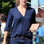 2021 Sonbahar Kış Moda Trendleri ve Moda Renkleri - Lacivert Skinny Kot Pantolon Lacivert V Yakalı Uzun Kol Gömlek