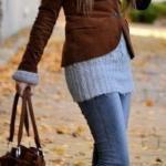 2021 Sonbahar Kış Moda Trendleri ve Moda Renkleri - Mavi Kot Pantolon Gri Boğazlı Kazak Kahverengi Kısa Ceket