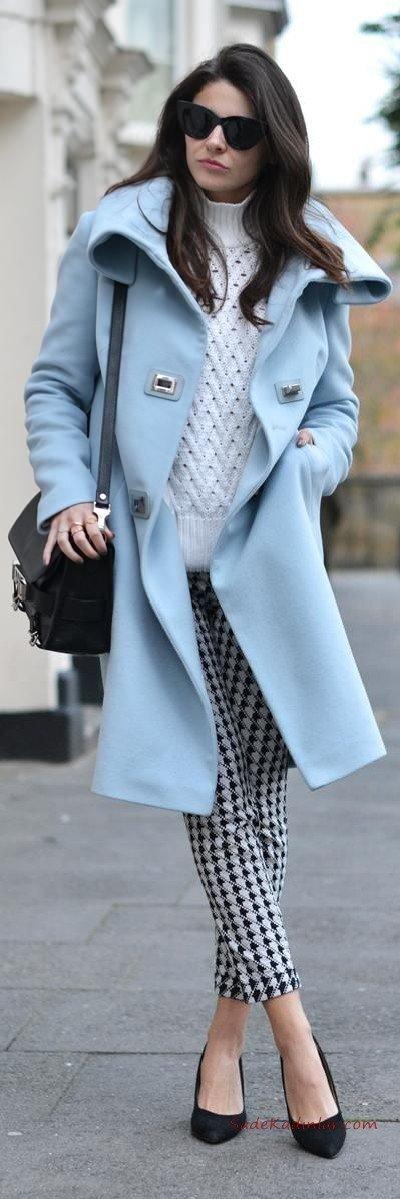 2021 Sonbahar Kış Moda Trendleri ve Moda Renkleri - Siyah Desenli Pantolon Beyaz Kazak Bebek Mavisi Cepli Kaşe Kaban