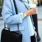 2021 Sonbahar Kış Moda Trendleri ve Moda Renkleri - Siyah Kısa Etek Mavi Boğazlı Salaş Kazak Bebek Mavisi Kısa Kaban