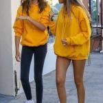 2021 Sonbahar Kış Moda Trendleri ve Moda Renkleri - Siyah Skinny Pantolon Sarı Uzun Kol Salaş Swet