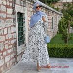 2020 Tesettür Elbise Modelleri Beyaz Uzun Etek Kısmı Fırfırlı Küçük Desenli Kloş Etekli