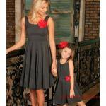 2019 Anne Kız Elbise Modelleri Siyah Dizüstü Askılı Kloş Etek Yakası Aksesuarlı