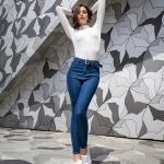 2020 Yüksek Bel Kot Pantolon Kombin Önerileri Lacivert Yüksel Bel Kot Pantolon Beyaz Balıkçı Yaka Kazak Beyaz Sneaker Spor Ayakkabı