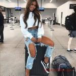 2020 Yüksek Bel Kot Pantolon Kombin Önerileri mavi Yırtık Yüksel Bel Pantolon Beyaz Uzun Kol Kısa Bluz Siyah Spor Ayakkabı