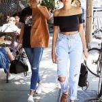 2020 Mom Jean Kombinleri Buz Mavisi Mom Jeans Siyah Omzu Açık Düşük Kol Bluz Sneaker Ayakkabı