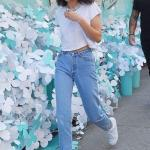 2020 Mom Jean Kombinleri Mavi Mom Jeans Beyaz Kısa Kollu Tişört Beyaz Sneaker Spor Ayakkabı