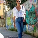 2020 Mom Jean Kombinleri Mavi Mom Jeans Beyaz Uzun Kol Gömlek Beyaz Sneaker