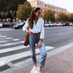 2020 Mom Jean Kombinleri Mavi Mom Jeans Beyaz Uzun Kol Gömlek Beyaz Spor Ayakkabı