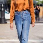 2019 Mom Jean Kombinleri Mavi Mom Jeans Hardal Sarı Saten Bluz Siyah Desenli Ayakkabı