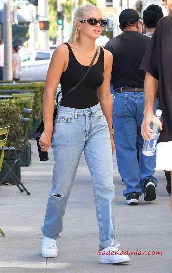 2019 Mom Jean Kombinleri Mavi Mom Jeans Siyah Askılı Bluz Beyaz Spor Ayakkabı