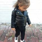3-4 Yaş Kız Çocuk Kıyafet Kombinleri Siyah Skinny Pantolon Siyah Bluz Siyah Deri Ceket Beyaz Spor Ayakkabı