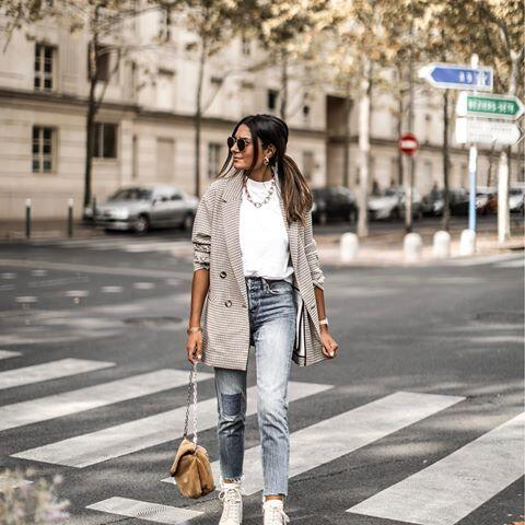 2019 Sokak Modasının En Şık Kıyafet Kombinleri Mavi Mom Jeans Beyaz Kazak Gri Ceket Krem Bağcıklı Spor Ayakkabı