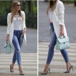 2021 Sonbahar Kış Sokak Modası Bayan Kıyafet Kombinleri Mavi Yüksel Bel Kot Pantolon Beyaz Bluz Beyaz Uzun Ceket Siyah Ekose Desenli Stiletto Ayakkabı