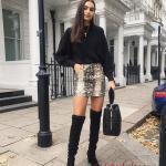 2021 Uzun Çizme Kombinleri Siyah Uzun Nubuk Çizme Beyaz Kısa Desenli Etek Siyah Salaş Kazak